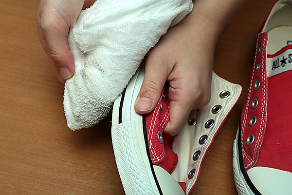 汚れがキャンバス地に流れて移らないように靴底を下にする