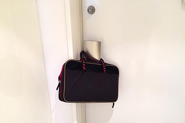 前日から玄関のドアに荷物をかけておく