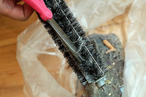 ルンバのブラシに絡まった髪の毛や糸はハサミで切る