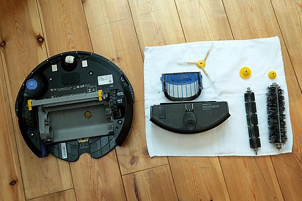 各パーツまでキレイに掃除したルンバ(Roomba)