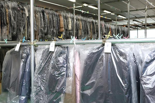 空調や湿度が管理されたクリーニング工場で保管してくれる